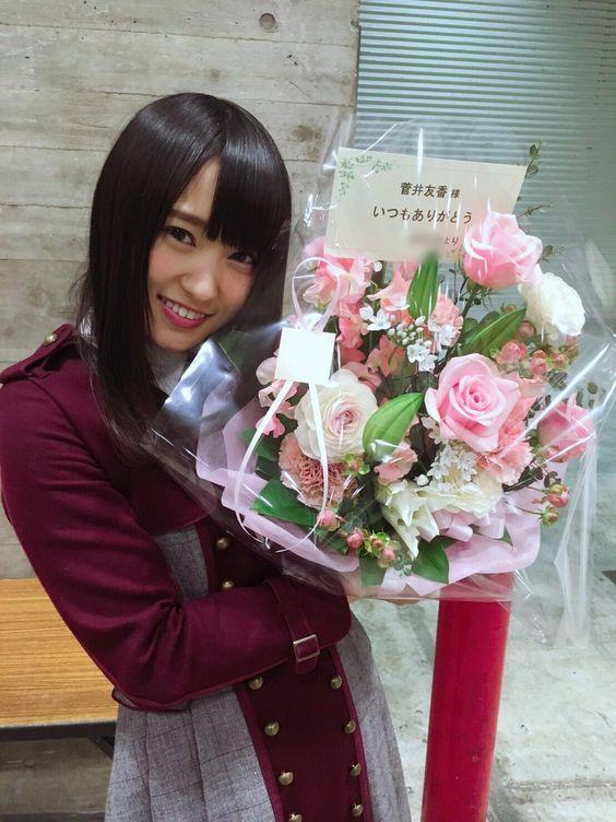 花束を抱えた菅井友香