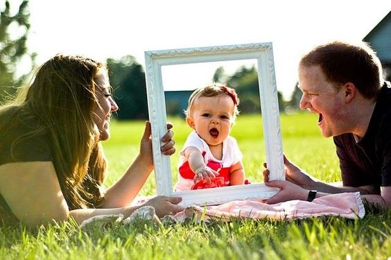 FAMILY PHOTO IDEAS | baby in frame with mom and dad | photo