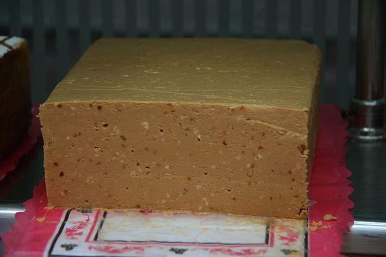 El Turrón es un producto elaborado a base de almendras y azúcares cuyo origen se remonta a siglos y siglos atrás.