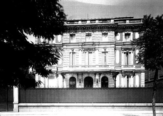 El Palacio del Duque de Arión se encontraba en el Paseo de la Castellana, 7. También era conocido como palacio de los marqueses de la Puente y Sotomayor, por Joaquín Fernández de Córdoba, que ostentaba ambos títulos. En él eran habituales las fiestas a las que acudían miembros de la realeza extranjera