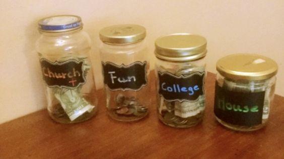 Verschiedene Dosen zum Sparen von Geld - verschiedene Sparzwecke