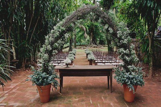 Arco de flores para cerimônia com mosquitinhos / Gipsofilas em vasos de barro. Foto: Master Vídeo e Produções