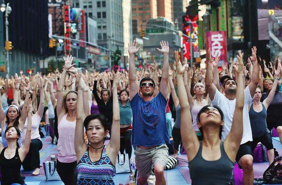 Ramai-ramai Beryoga di Awal Musim Panas Kota New York, Amerika