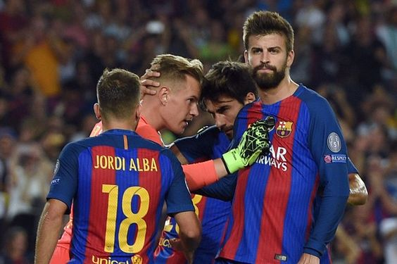 Barcelona's defender Gerard Pique (R) and other teammates congratulate Barcelona's German goalkeeper Marc-Andre Ter Stegen (2nd L) after stopping a penalty kick during the UEFA Champions League football match FC Barcelona vs Celtic FC at the Camp Nou stadium in Barcelona on September 13, 2016. / AFP / LLUIS GENE