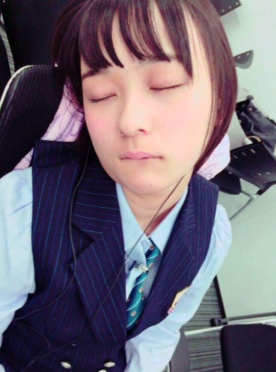 寝ている鈴木絢音