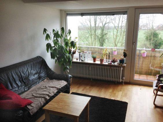 2er-Sofa und vom Balkon schöner Blick aufs Feld