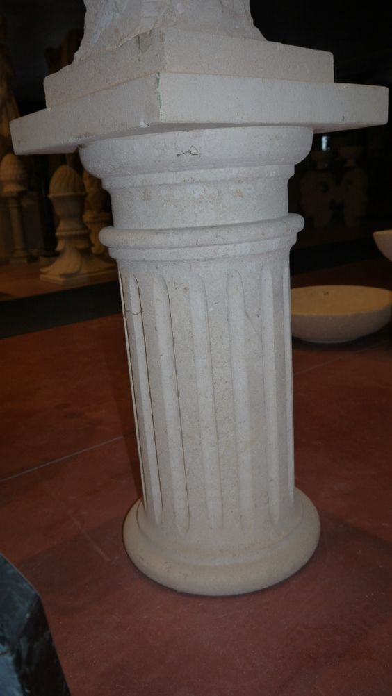 Säule aus Stein - http://www.achillegrassi.com/de/project/colonne-pietra/ - Dorischen Säule aus weißem Stein von Palladio, feingeschliffen Maße:  73cm x 40cm x 40cm