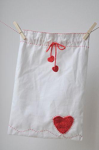 Una bolsa de tela con detalles preciosos para guardar los regalos que vas a entregar a la persona que amas y que puede utilizarse en cualquier otra ocasión....