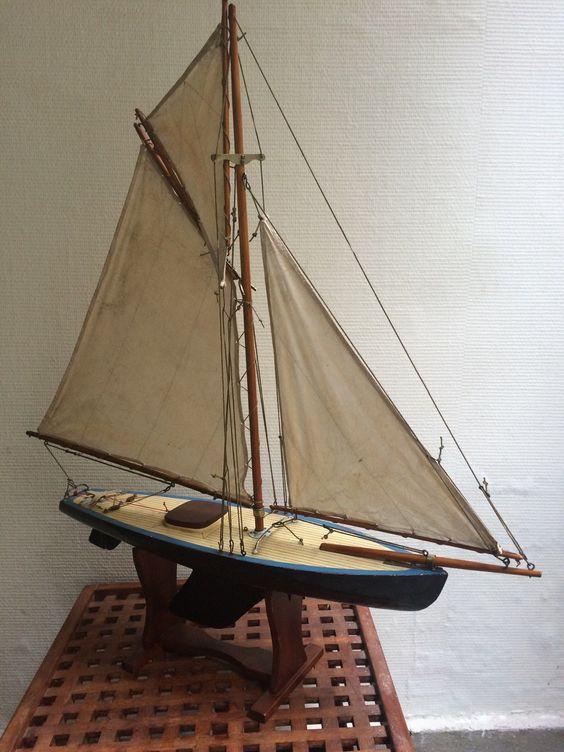 Voilier de bassin coque en polyester, gréement aurique sur bois vernis, 75cm de long