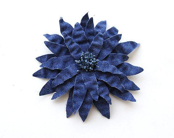 Denim Flat Flower Corsage Brooch,  via Etsy / Hacer algo como esto sería muy sencillo. Son cinco flores en forma de estrella de cinco puntas, de mayor a menor tamaño, pegadas una sobre otra. El efecto de plegado se puede conseguir poniendo algo de almidón a la tela, arrugando con las manos y dejando secar.