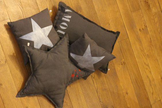 pillows with twinkle stars DIY coussins avec des étoiles argentées peintes à la main