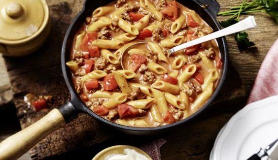 Tomaten, Paprika und Hackfleisch verleihen der cremigen Hackfleisch-Nudelpfanne den richtigen Pepp.