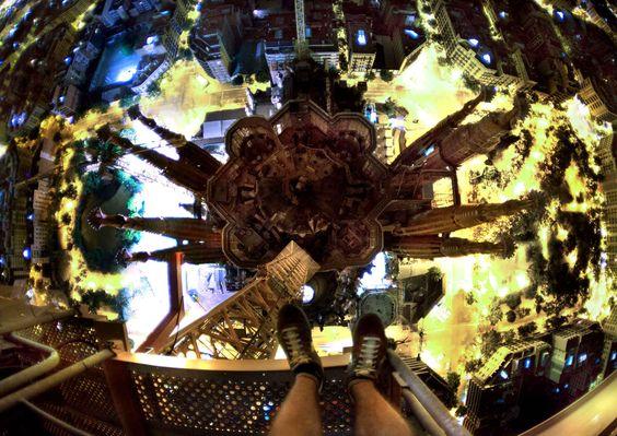 On retrouve les deux compèresà la Sagrada Familia de Barcelone, en Espagne, la même année (date inconnue).Vous avez le vertige rien qu'en regardant cette photo? Pas Vitaliy Raskalov. «Je n'ai aucune peur de l'altitude, explique-t-il. Je me sens simplement mieux quand je suis très très haut. Presque comme dans l'espace.»Pour la petite histoire, lapremière escalade de ce Russe date de 2010, à Moscou, mais ce n'est que l'année suivante qu'il a rendue publique sa pratique à travers une…