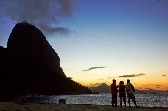 Na Praia Vermelha, na Urca, o amanhecer é azul e amarelo. Rio de Janeiro - Brasil