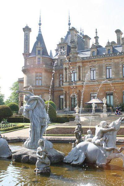(Photo by © Rod Allday) Ein Foto der Schlossanlage Waddesdon Manor in der englischen Grafschaft Buckinghamshire. Das Schloss und die Gegend haben wesentlich als Vorlage von Fogs Creek in 'Bittersüßer Morgentau' gedient.