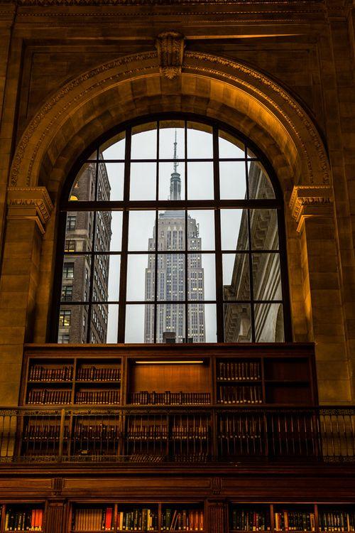 Vue sur l' Empire State Building à travers ce vitrail de la Bibliothèque publique de New-Yo