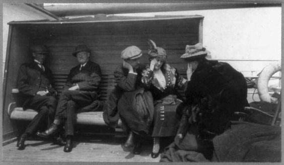 Foto real de pasajeros del Titanic tomada en la cubierta del barco