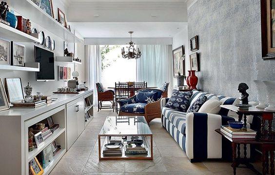 """""""Este sofá, as almofadas e a poltrona trazem a mistura do branco com o azul índigo, que ganham ainda mais bossa com alguns toques de madeira. Projeto da…"""""""