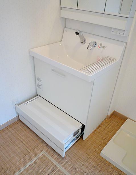 W750 踏み台収納付の洗面化粧台 広い洗面台は使いやすいけど 背の低い子どもだと 水栓に手が届かないなんてことも でも踏み台付なら水栓や収納に手が届くから 手洗いや歯磨きが一人でできます Lixil ピアラ ピアラ アイフルホーム 住宅建築