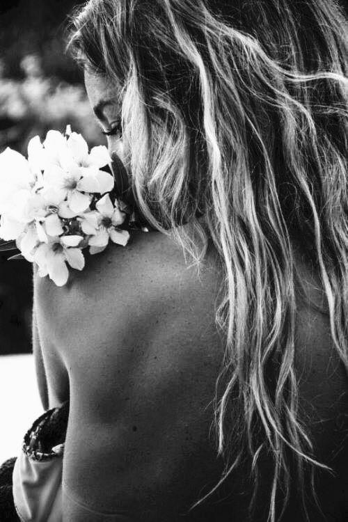 """Manda-me verbena ou benjoim no próximo crescente e um retalho roxo de seda alucinante e mãos de prata ainda (se puderes) e se puderes mais, manda violetas (margaridas talvez, caso quiseres)  manda-me osíris no próximo crescente e um olho escancarado de loucura (em pentagrama, asas transparentes)  manda-me tudo pelo vento: envolto em nuvens, selado com estrelas tingido de arco-íris, molhado de infinito (lacrado de oriente, se encontrares)  """"Oriente""""/ Caio Fernando Abreu"""