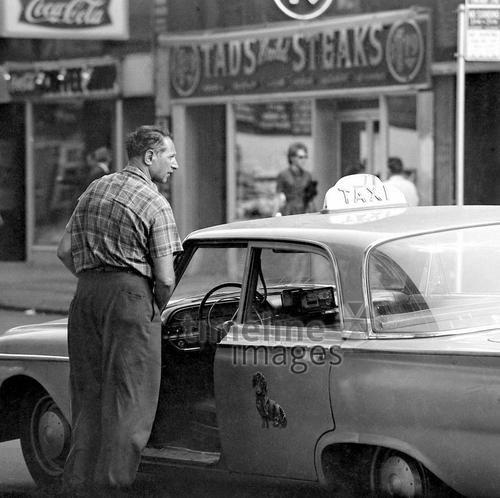 Ein Taxifahrer mit seinem Taxi, 1962 Juergen/Timeline Images #NYC #StreetPhotography #Street #Straßenfotografie #Cab #CabDriver