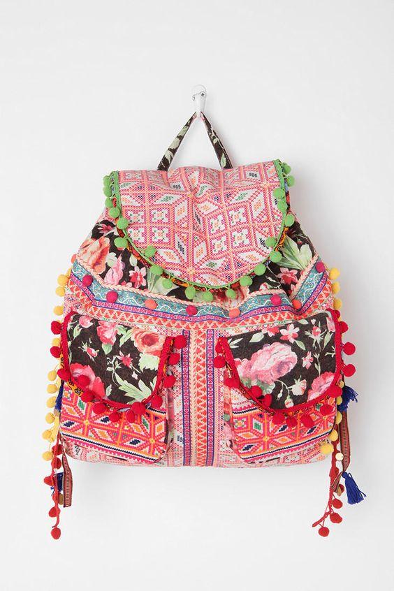 Dieser schöne Rucksack ist aus verschiedenen Reststücken genäht worden. Zusätzlich wurden Bommelbänder an die Klappen genäht.
