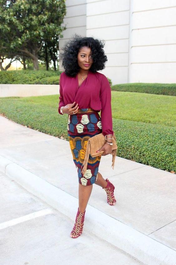 look de working girl en jupe crayon en imprimé pagne africain combinée avec une blouse cache-coeur en matière légère et fluide