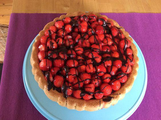 Erdbeerkuchen, einfacher Biskuit mit Schokolade überzogen, Erdbeeren bedeckt und tortenguss und Schokoladen Streifen überzogen
