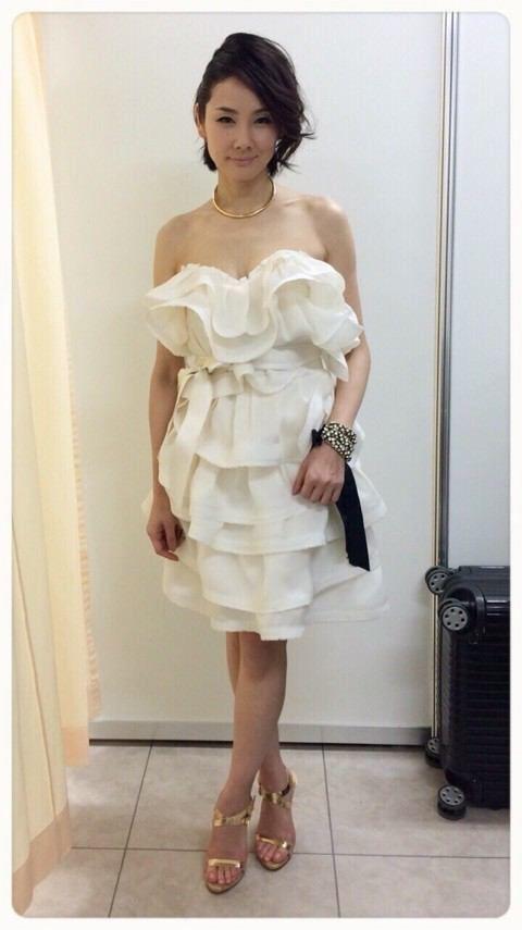 真っ白なドレスの吉田羊