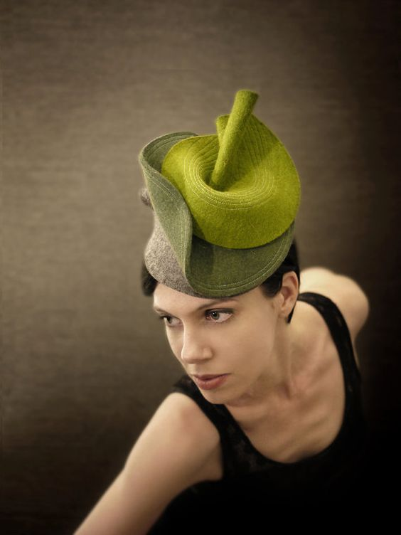 Sombrero de fieltro escultórica de multi verde - serie botánica - hecho a la medida