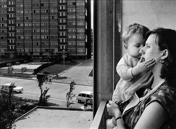 Une mère et son enfant dans les H.L.M. de la banlieue de Paris – Vitry, 1965  by Janine Niepce