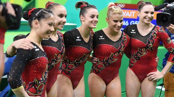 Die deutschen Turnerinnen Kim Bui, Tabea Alt, Pauline Schäfer, Elisabeth Seitz and Sophie Scheder (v.l.n.r.) lächeln für die Kameras.