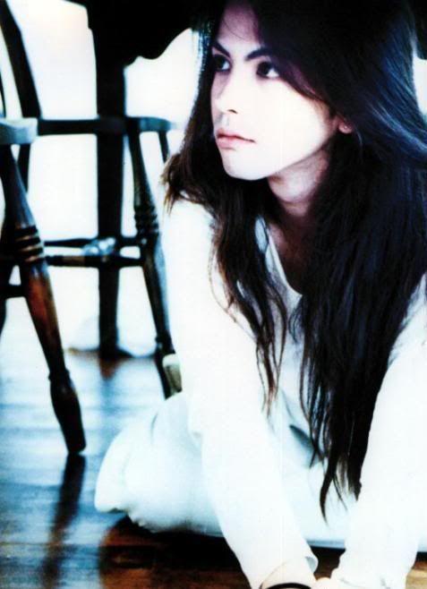 黒髪ロングヘアーの白いシャツを着ているL'Arc〜en〜Ciel・hydeの画像