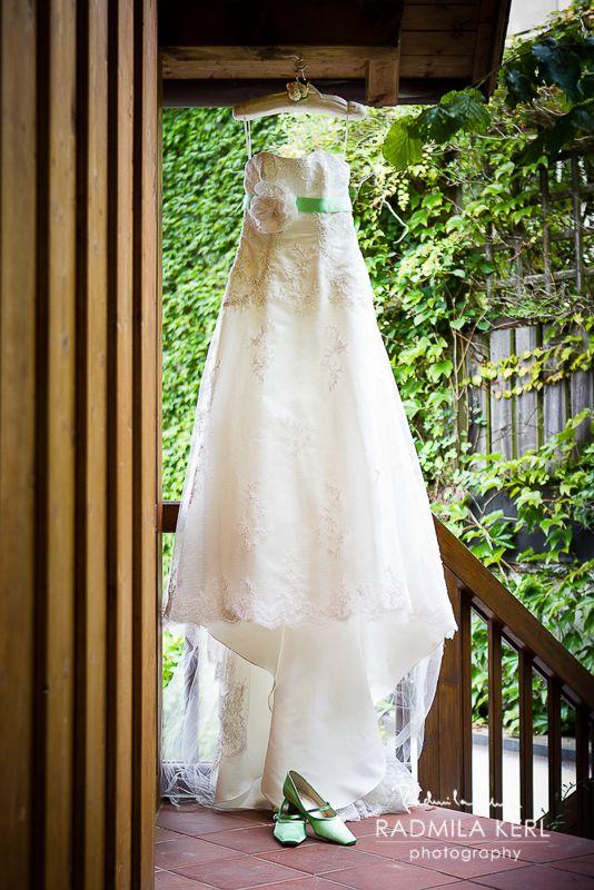 beautiful wedding dress with a lot of lace and green wedding shoes by © Radmila Kerl wedding photography munich wunderschönes weißes Hochzeitskleid mit grünem Gürtel und passenden grünen Brautschuhen
