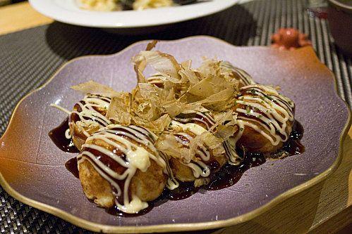 takoyaki : des petites boules de pâtes à crêpes, garnies d'un mélange crémeux au poulpe, est une spécialité d'Osaka. Vraiment particulier, mais a essayer absolument. Peuvent être agrémentées de différentes épices, herbes et fromages.