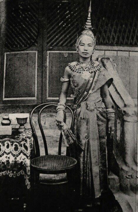 """Mom Rajawongse (M.R.) Kukrit Pramoj's aunty, Princess Chavivard .... หม่อมเจ้าหญิงฉวีวาด ท่านป้าของคุณชายคึกฤทธิ์ ประสูติ ระหว่างปี 2397-2399 หม่อมราชวงศ์ คึกฤทธิ์ ปราโมช กล่าวอ้างในหนังสือ """"โครงกระดูกในตู้"""" ว่าพระบาทสมเด็จ พระนโรดมพรหมบริรักษ์โปรด สถาปนาหม่อมเจ้าฉวีวาด ปราโมช เป็นพระชายา[4] มีพระอิสริยยศเป็นพระราชเทวี มีพระราชโอรสพระองค์หนึ่งคือ พระองค์เจ้านโรดม พานคุลี[5] จึงมีการกล่าวถึง """"โครงกระดูกในตู้"""" ว่าให้ข้อมูลเกี่ยวกับหม่อมเจ้าฉวีฉาดผิดจากข้อเท็จจริงทั้งในเว็บพันทิปและ เรือนไทย…"""