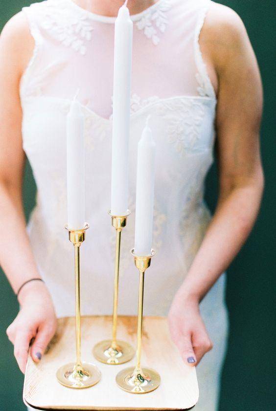 Gouden kandelaars voor een chique uitstraling #bruiloft #trouwen #trouwdag #huwelijk #real #wedding #industrieel #kaarsen #decoratie Chique trouwen in een industrieel gebouw   ThePerfectWedding.nl   Fotografie: Anouschka Rokebrand