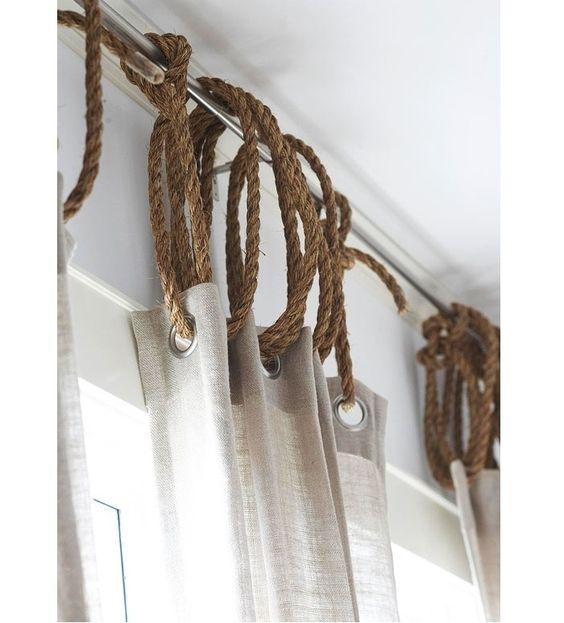 Usar corda de juta é uma forma barata de acrescentar um toque rústico/náutico em qualquer decoração de janela.