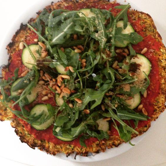 Pizzabodem van wortel, courgette en havermout 🍕🍅 topping van gezeefde tomaten, courgette, rucola en edelgistvlokken