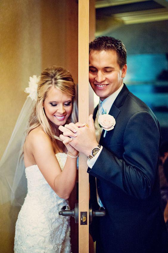 ¿Sabías que la tradición de no ver a la novia viene de los tiempos en que los matrimonios eran convenidos por ambas familias y el hombre no podía ver a su futura esposa evitando que se arrepintiera en el último minuto?