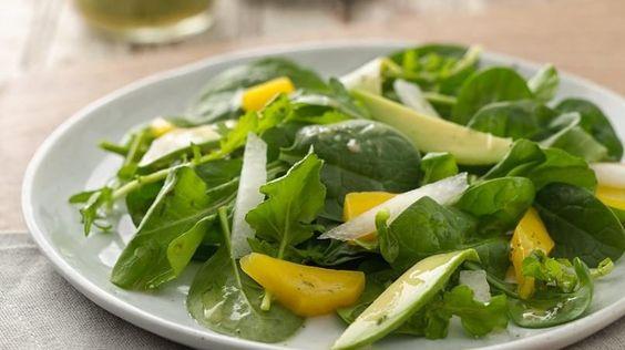 Prueba esta deliciosa ensalada primavera con mangos, aguacate y jícama, servida con un aderezo de lima y cilantro.