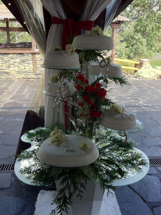 Tarta de bodas sobre árbol de plata