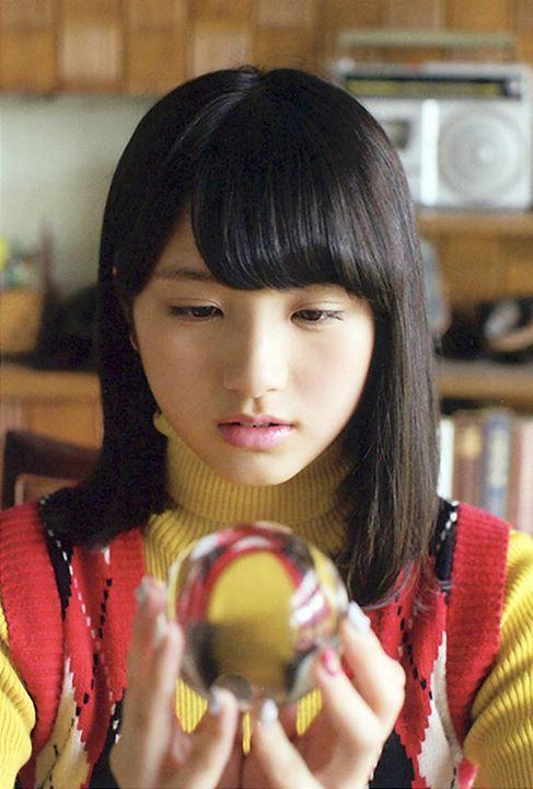 水晶を見つめる大和田南那