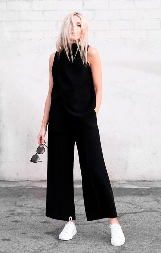 Street style look com macacão preto pantacourt.