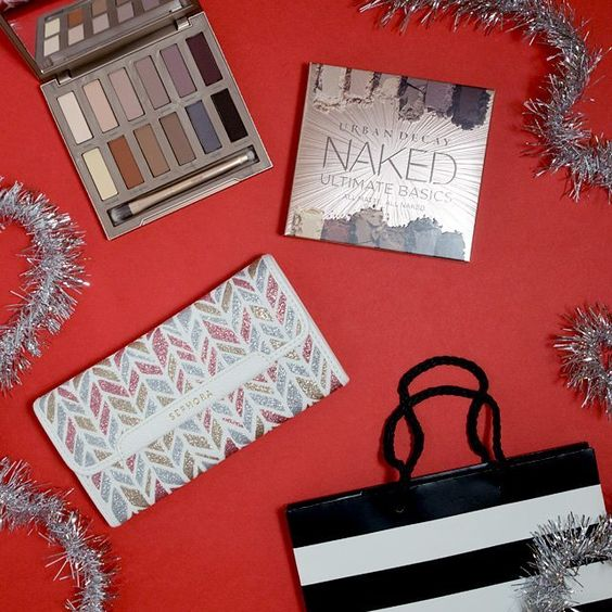 It's a #PINCHmas miracle! Yes we're giving away an incredible @UrbanDecay Naked Palette and a set of @Sephora Brushes! Who wants to win this one? Enter through the link in our bio! ❤️