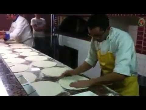▶ Il Pizzaiolo più pazzo del mondo ma bravissimo!! - YouTube