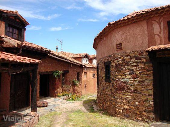 """Calles de Madriguera en la provincia de Segovia, en la """"ruta de los pueblos rojos y negros"""", Spain via #Viajology"""