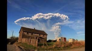 Vista de Puerto Varas, sul do Chile, mostra uma enorme coluna de lava e cinzas sendo lançada. 22 Abril 2015. AFP