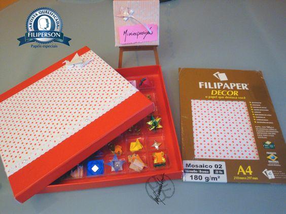 Eu tive uma idéia: como transportar miniaturas? Claro, em caixas customizadas com o lindos papéis Decor da Filiperson. Aqui eu começarei com uma série de postagens: caixas e origaminis. A primeira caixa que customizei foi a vermelha, com o papel Decor O papel está à venda na loja virtual, é só acessar: www.lojafilipaper.... Abraços Dobrados Minis, hahaha.