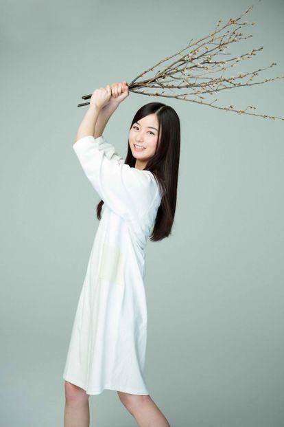枝を振り上げる佐々木琴子